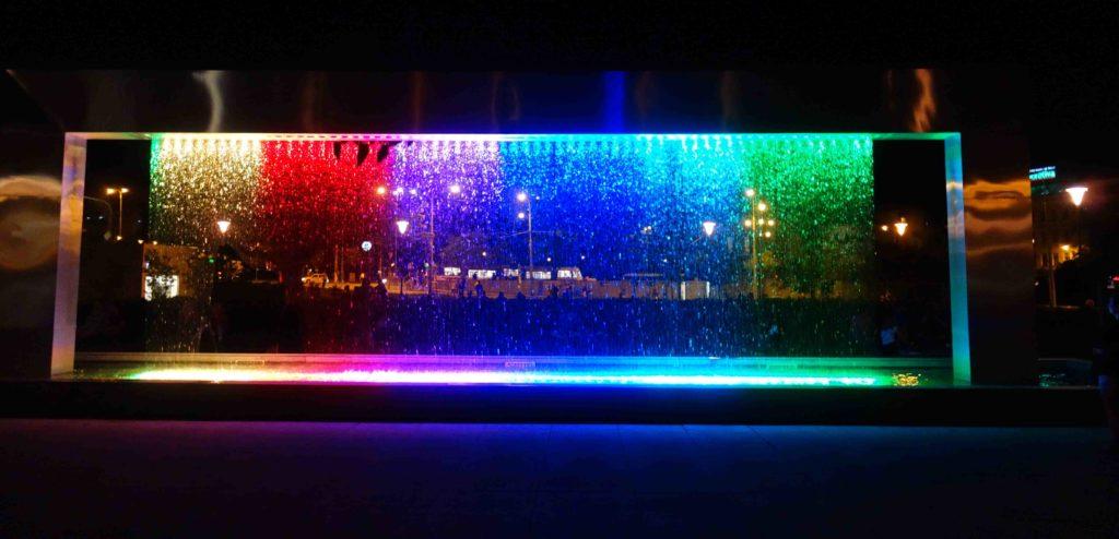 Leuchtfontänen vor dem Janacek Theater Brünn