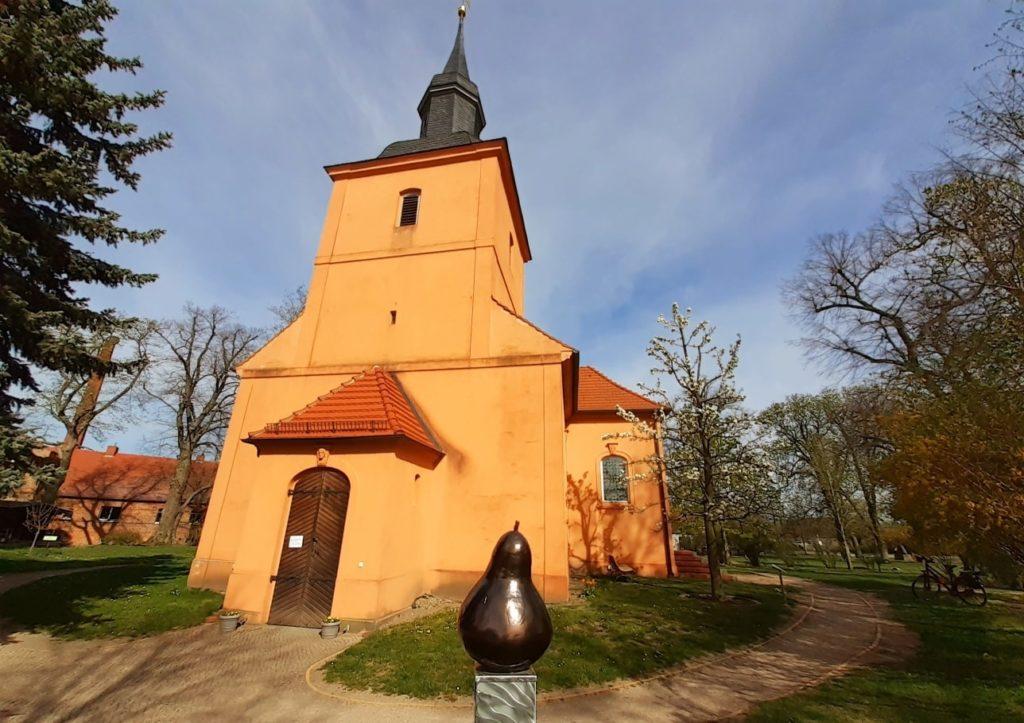 Kirche und Birnbaum in Ribbeck