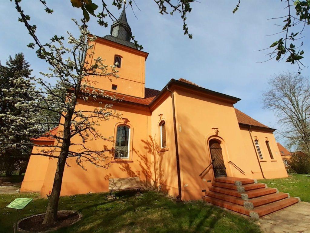 Kirche und Birnbaum