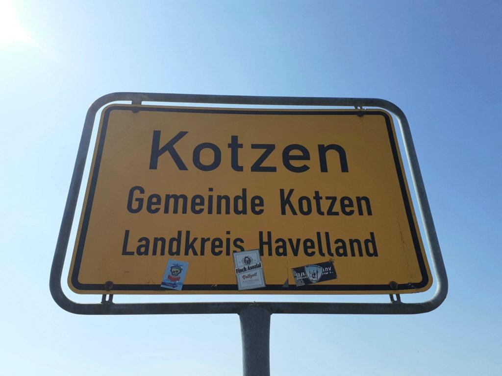Ortsschild von Kotzen am Fontane Radweg