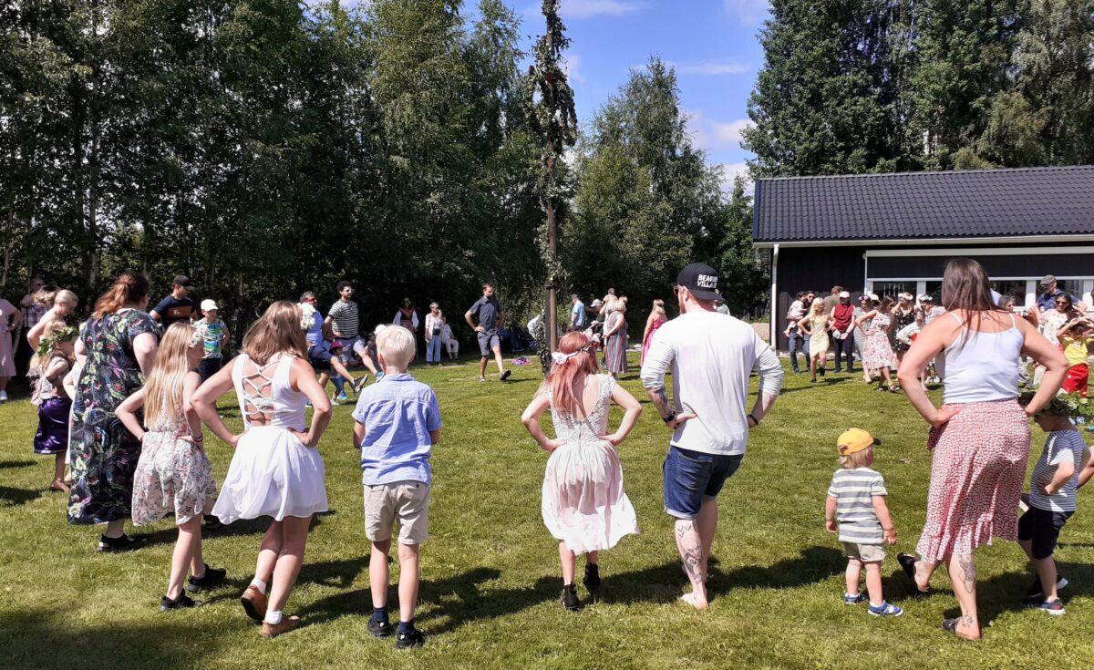Mittsommer in Schweden: Tanz um die Mai-Stange in Mora