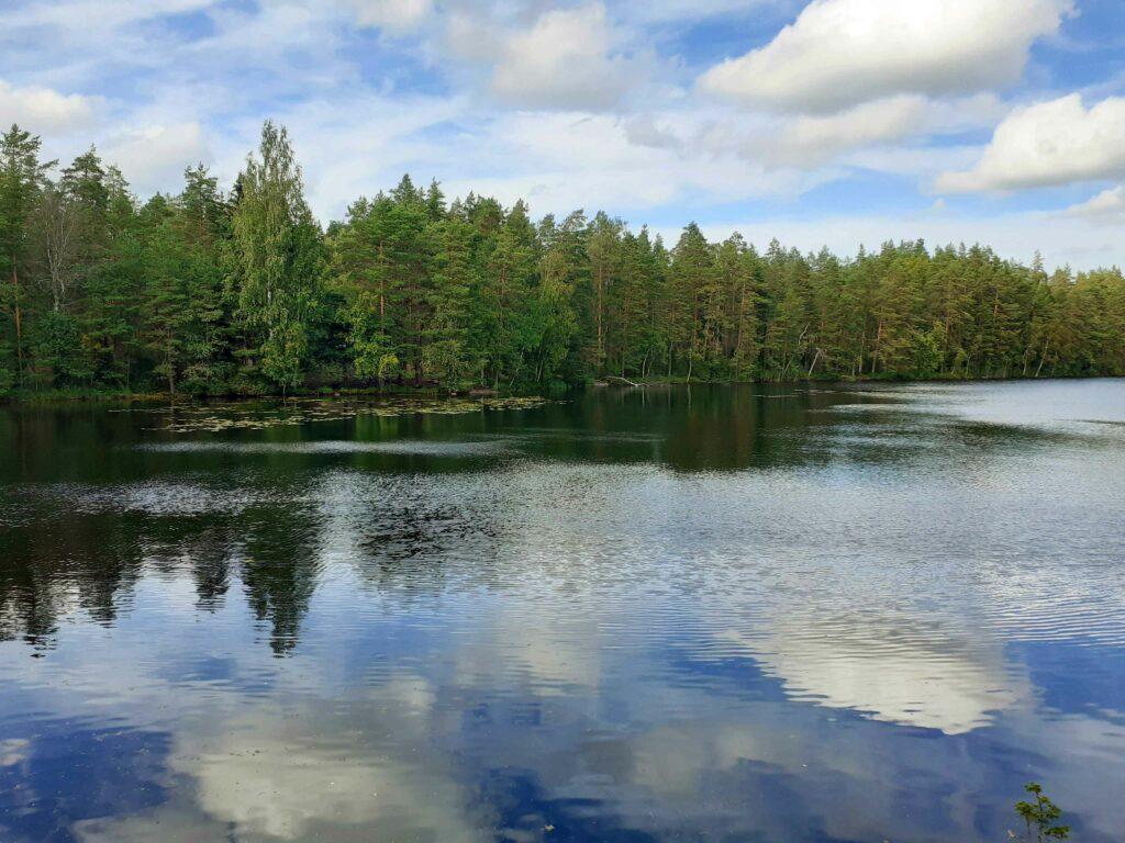 Spiegelungen auf dem finnischen See